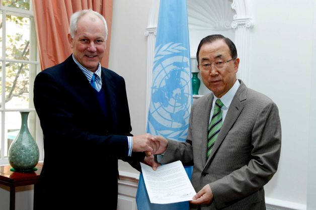 UN Secretary General Ban Ki Moon receives the UN report on chemical weapons use in Syria from Ake Sellstrom, head of the investigation team.
